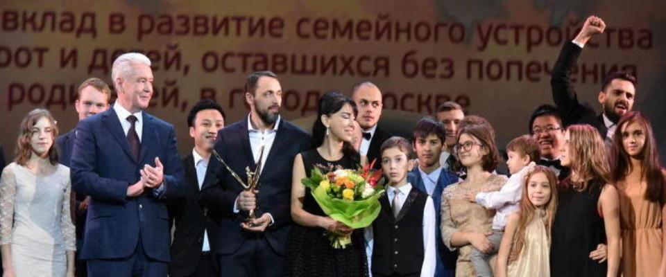Прихожане Московской церкви ХВЕ «Благая весть» Александр и Лилит Гореловы удостоены премии за большой вклад в устройство детей-сирот в семьи.