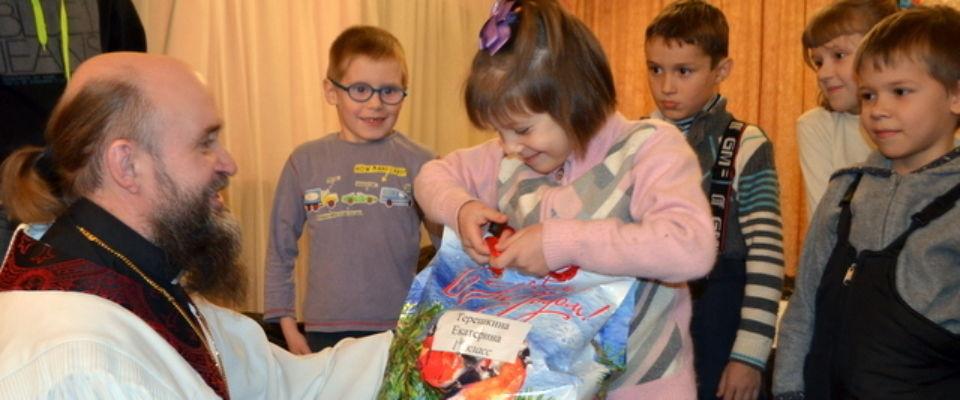Рождественские подарки на сумму более полумиллиона рублей вручили прихожане церкви «Слово Жизни» г. Калуга детям-сиротам