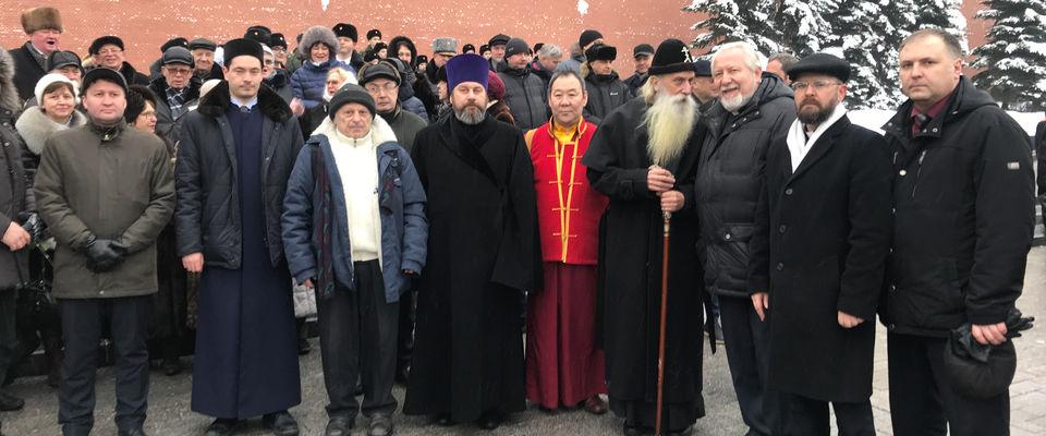 Священнослужители возложили цветы к Могиле Неизвестного Солдата