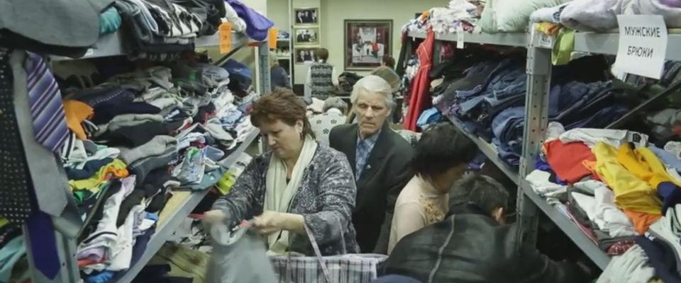 """Как помочь людям? Сбор и раздача одежды в московской церкви """"Благая весть"""""""