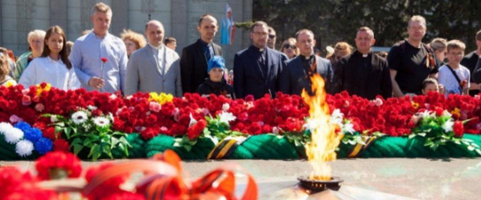 Протестанты Иркутска возложили цветы к Вечному огню