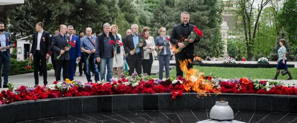 Пасторы РОСХВЕ Ростова-на-Дону возложили цветы к вечному огню