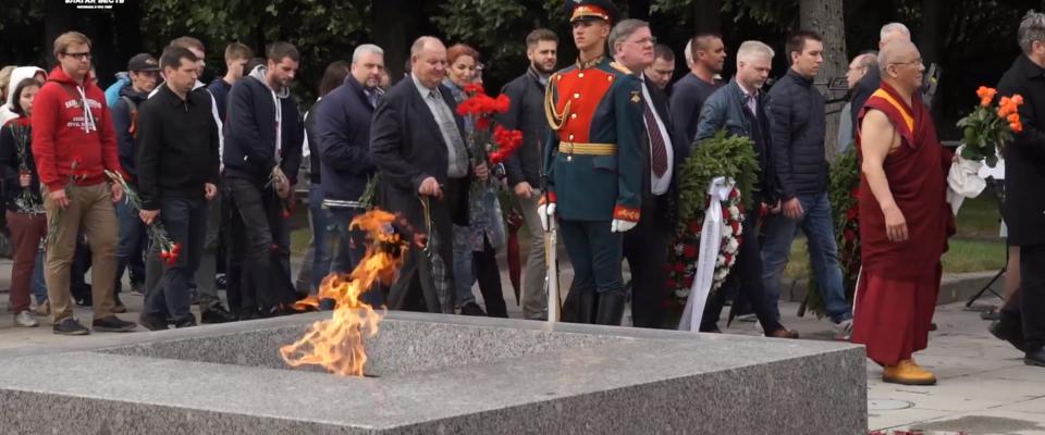22 июня в Петербурге верующие возложили цветы на Пискаревском кладбище