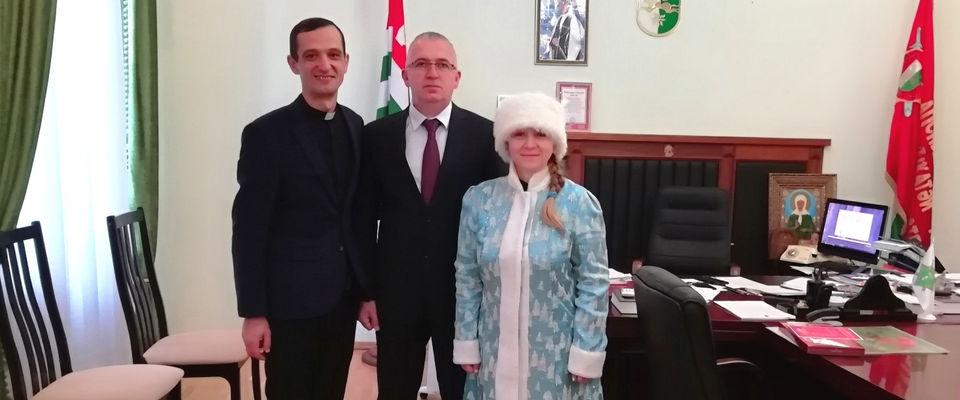 В Абхазии поздравили министра внутренних дел и передали подарки осужденным