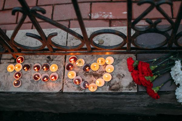 Посол Шри-Ланки поблагодарил представителей христианской молодежи Москвы, зажегших у дипмиссии свечи в память о погибших