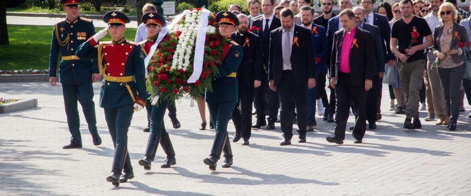 «Передать память и уважение». Возложение цветов в Москве