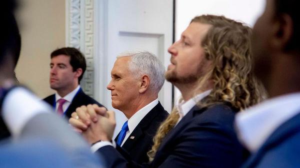 На фоне слушаний об импичменте пасторы и лидеры прославления помолились за Трампа в Овальном Кабинете